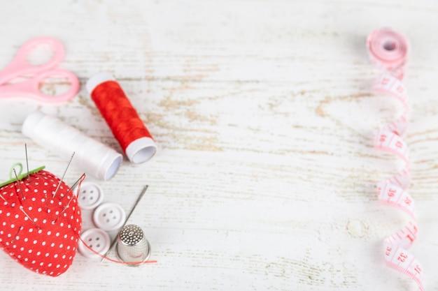 Flatlay von werkzeugen für schneiderei und handarbeit