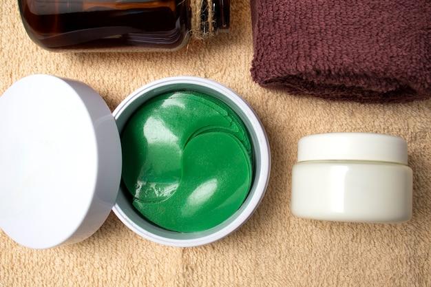 Flatley maskenpflaster für augen vor müdigkeit und taschen unter den augen, gesichtscreme und handtuch. pflegekosmetik für den heim- und spa-salon.