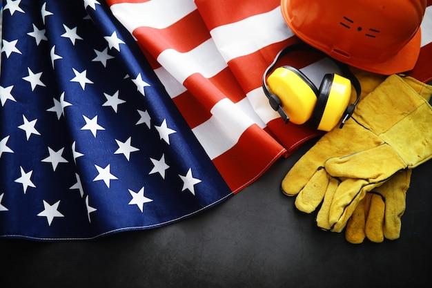 Flatternde flagge usa mit welle. amerikanische flagge für memorial day oder 4. juli. nahaufnahme der amerikanischen flagge auf dunklem hintergrund