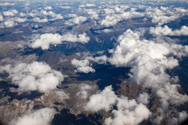 Flaumige weiße wolken, eine ansicht vom flugzeugfenster