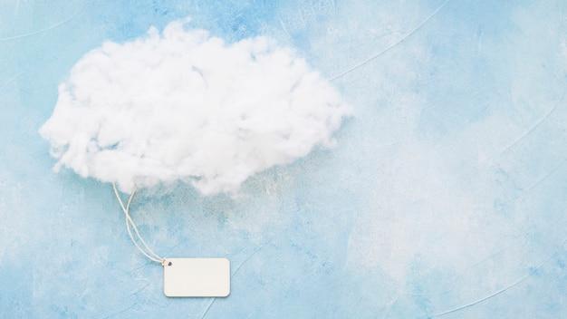 Flaumige wolke auf blauer oberfläche