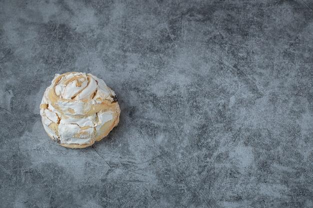 Flauschige baisermuffins auf grauem tisch.