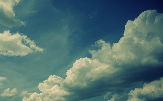 Flauschige wolken am blauen himmel