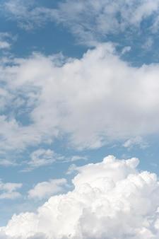 Flauschige wolken am vertikalen schuss des himmels
