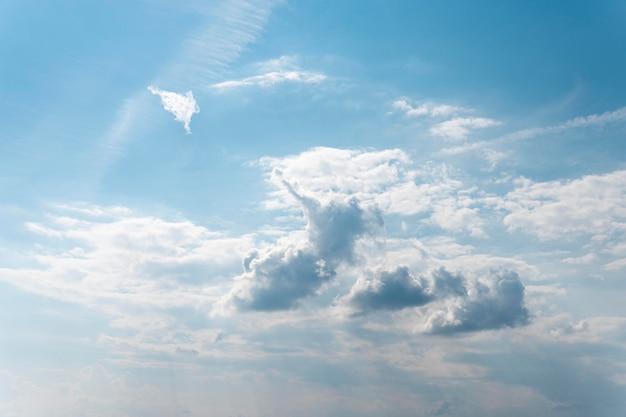 Flauschige wolken auf einem blauen himmel