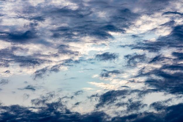 Flauschige wolken auf einem blauen himmelhintergrund. dramatische himmel.