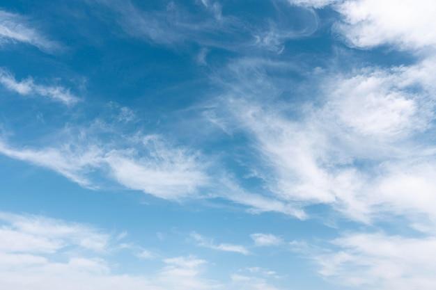 Flauschige wolken auf einem windigen himmel