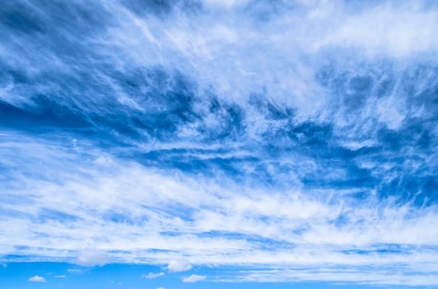 Flauschiger kleiner cirrostratus, cirrocumulus und cirruswolkenformationen blauer himmel.