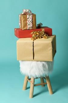 Flauschiger poof mit weihnachtsgeschenken auf einer minze