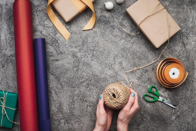 Flay-lage von den händen, die weihnachtsgeschenke verpacken