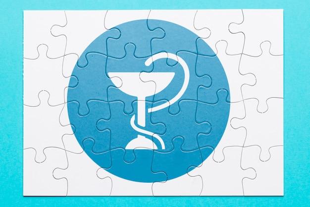 Flay lay of puzzle mit medizinischen symbol