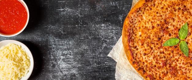 Flay lay pizza mit tomatensauce und mozzarella mit kopierraum