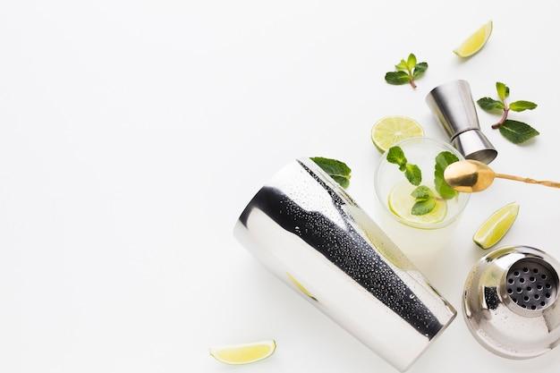 Flay lay von cocktail essentials mit shaker und kopierraum