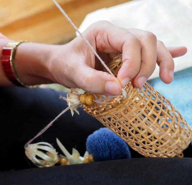 Flechten sie fischkarpfen der thailändischen art handgemacht und werkzeuge auf dem korb