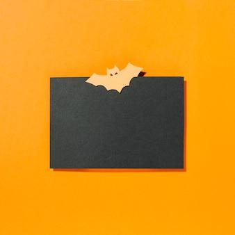 Fledermaus auf schwarzem papier in der mitte