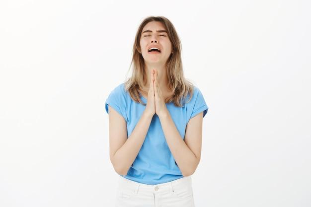 Flehende frau, die um hilfe bittet oder verzweifelt betet