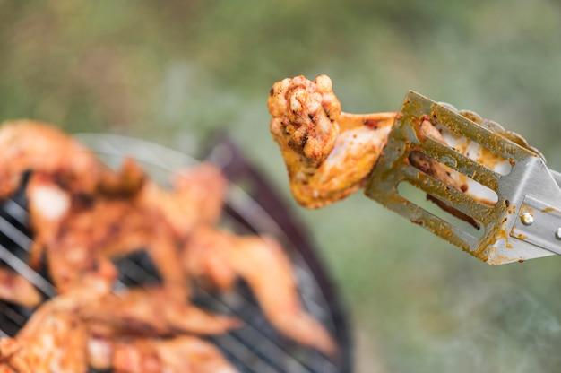 Fleisch auf dem grill wird gekocht