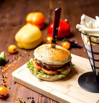 Fleisch burger salat tomaten gurke in brötchen mit sesam seitenansicht