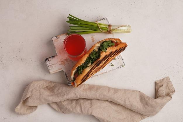 Fleisch döner. spender. fast food. schneller straßensnack