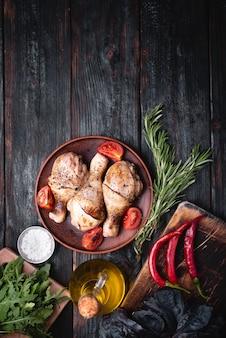 Fleisch grillen, hähnchenschenkel auf einem teller liegen, leckere und aromatische gewürze