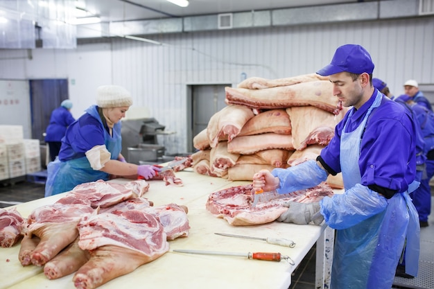 Fleisch im schlachthof schneiden