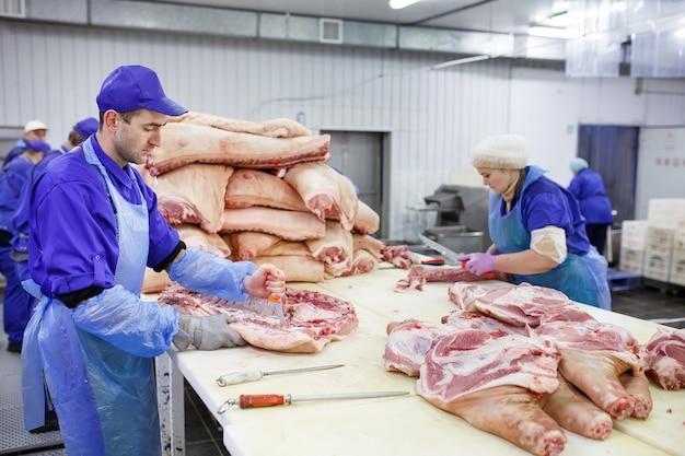 Fleisch im schlachthof schneiden.