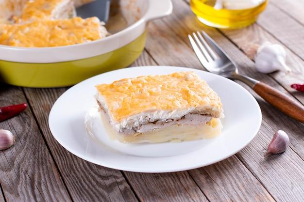 Fleisch in französisch mit bratkartoffeln. europäische küche.