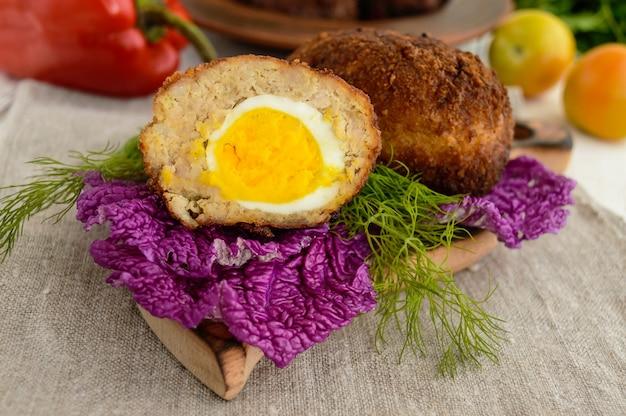 Fleisch mini-brötchen mit gekochtem ei. nahansicht