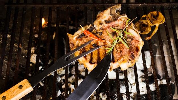 Fleisch mit gewürzen auf holzkohlen grillen