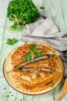 Fleisch mit pilzen und kräutern in gebäck gebacken