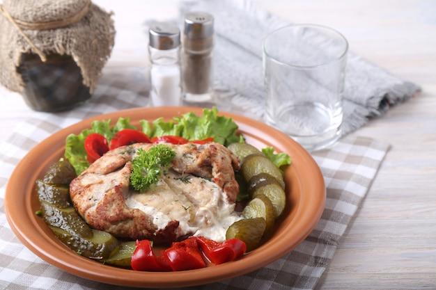 Fleisch mit sauce und gemüse