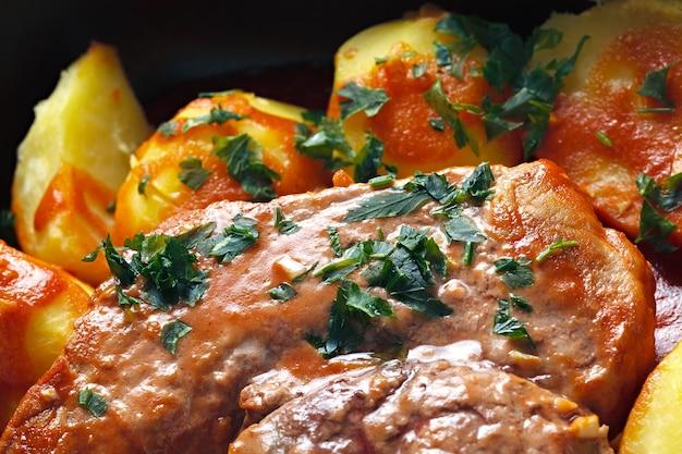 Fleisch mit tomatensauce überbacken mit kartoffeln