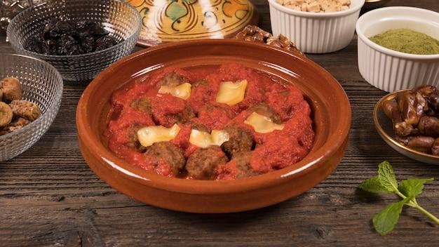 Fleisch mit tomatensauce und trockenfrüchten
