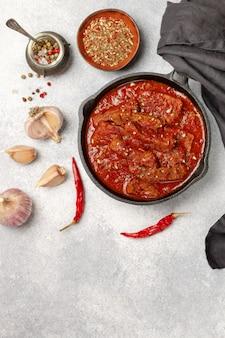 Fleisch (rindfleisch) gedünstet in tomatensauce mit knoblauch und gewürzen. gulasch