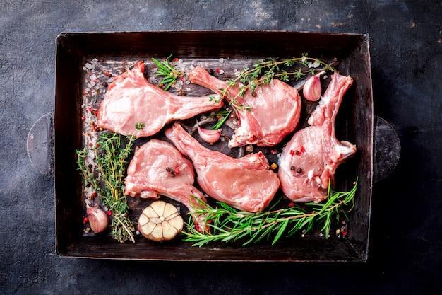 Fleisch rohes frisches hammelfleisch auf den knochen gewürze chesno und rosmarin