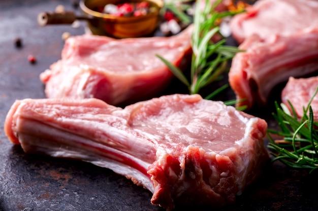 Fleisch rohes frisches hammelfleisch auf den knochen gewürzen