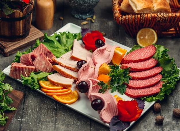 Fleisch schneiden mit oliven und orangenscheiben