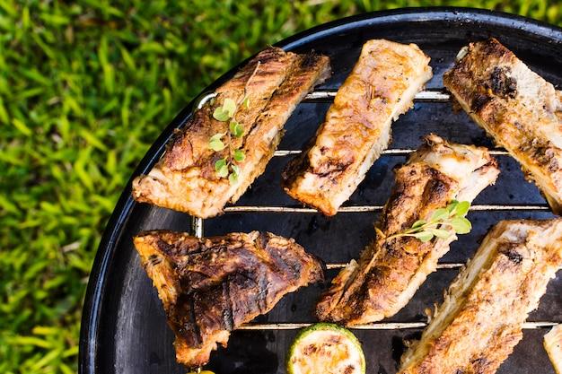 Fleisch und gemüse auf grillpfanne gebraten