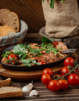 Fleisch und gemüse eintopf in einer schwarzen pfanne