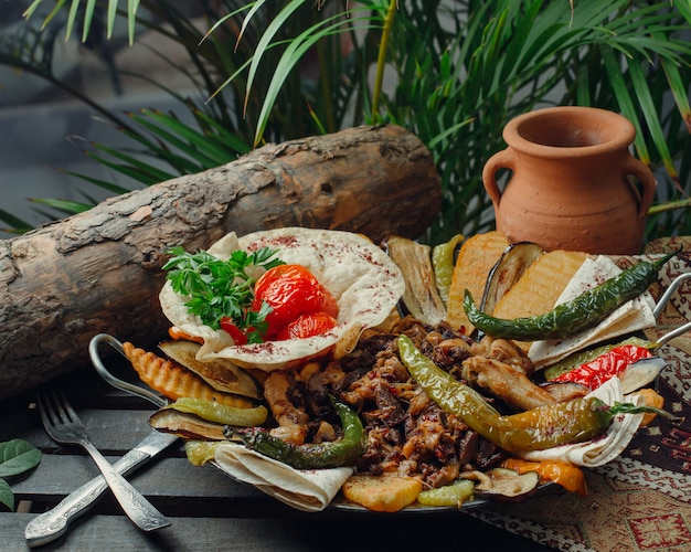 Fleisch und hühnersack mit gemüse