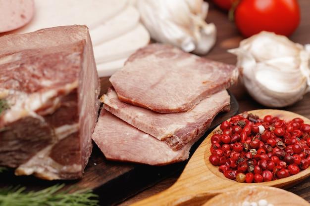 Fleisch- und wurstsortiment auf holzoberfläche