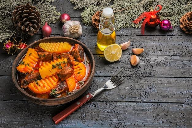 Fleischansuppe der vorderansicht mit gemüse und kartoffeln auf dunklem schreibtischschalenbaumfleischsuppenfutter