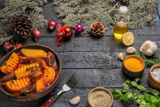 Fleischansuppe der vorderansicht mit gemüse und kartoffeln auf einer dunklen tischschüssel-fleischnahrungsbaumsuppe