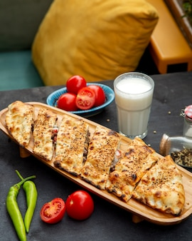 Fleischauflauf mit beilage ayran und tomaten