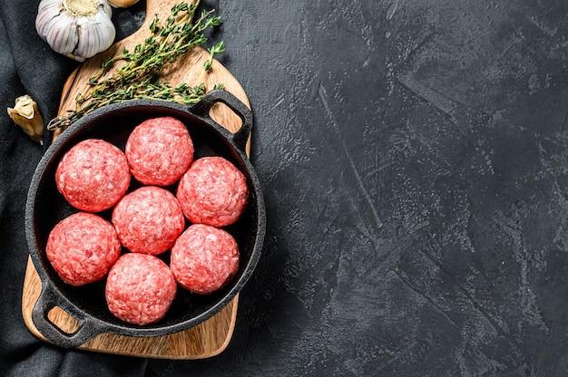 Fleischbällchen aus hackfleisch in einer pfanne kochen.