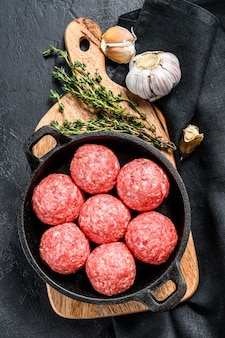 Fleischbällchen aus hackfleisch in einer pfanne kochen