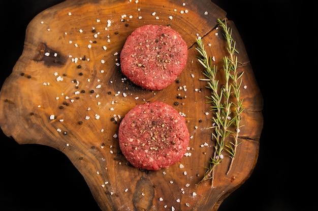 Fleischbällchen hausgemachter burger mit rosmarinkraut, salz und schwarzem pfeffer