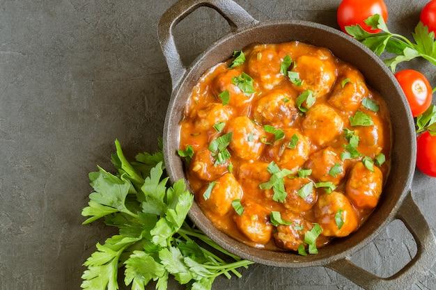 Fleischbällchen in süß-saurer tomatensauce mit gewürzen.