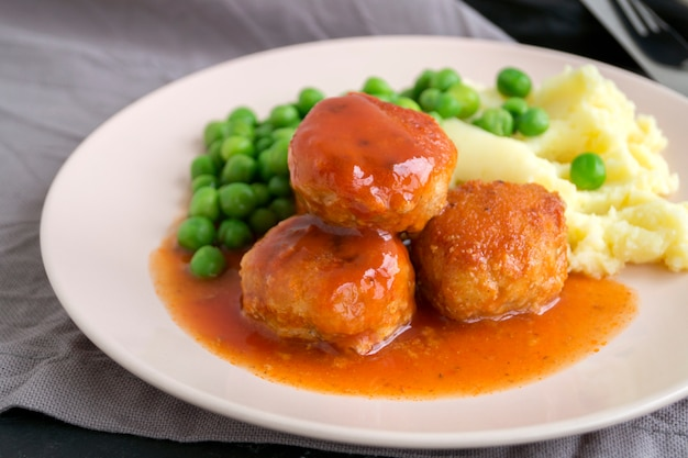 Fleischbällchen in süß-saurer tomatensauce mit kartoffelpüree.