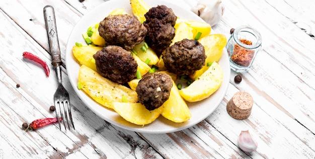 Fleischbällchen mit bratkartoffeln